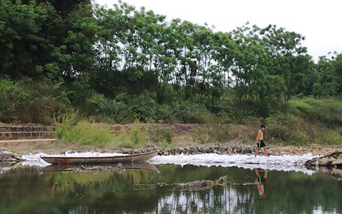Tháng 3 vừa qua, Quảng Nam và Đà Nẵng đã cùng đắp đập tạm ngăn sông để giúp đưa nước về Đà Nẵng. Ảnh: Đắc Thành.