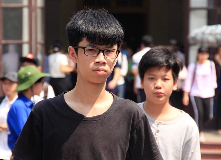 Thí sinh dự thi vào lớp 10 trường THPT Chuyên Khoa học tự nhiên sáng 26/5. Ảnh: Dương Tâm