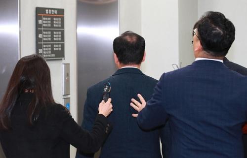 Thầy giáo Hàn Quốc lĩnh án tù vì tiết lộ đề thi cho hai con gái