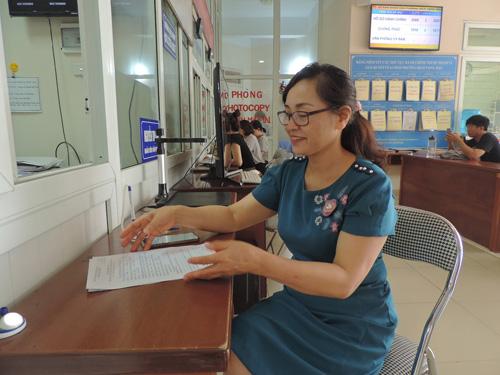 Bà Phạm Thị Ngoan xin thủ tục hành chính tại phường Dịch Vọng Hậu, Cầu Giấy, Hà Nội.
