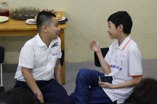 Các sinh viên FUNiX ở độ tuổi phổ thông vui vẻ giao lưu tại xDay – hoạt động gặp gỡ hàng tháng của trường.