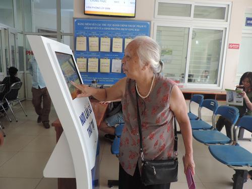 Bà Đỗ Thị Thọ, 76 tuổi thành thạo sử dụng các thiết bị công nghệ.