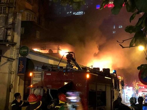 Cảnh sát phòng cháy nhanh chóng dập lửa. Ảnh: Lê Anh Tuấn