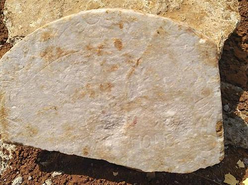 Tấm bia đá rộng gần gang tay có dòng chữ khắc tên, năm sinh, ngày hi sinh, quê quán liệt sĩ. Ảnh: Quốc Khánh