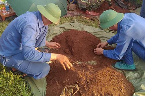 Hài cốt liệt sĩ được tìm thấy khi người dân khai thác gốc xà cừ trong khuôn viên trường THPT.Ảnh:Quốc Khánh