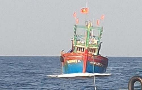 Tàu cá cùng 17 thuyền viên trôi dạt được cứu vào bờ - ảnh 1