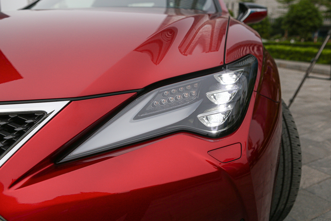 Lexus RC300 giá 3,3 tỷ - coupe thể thao cho khách hàng trẻ
