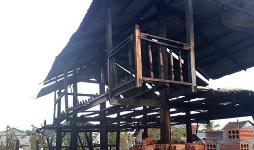 Nhà sàntrơ khung gỗ sau vụ hỏa hoạn. Ảnh: Trần Hóa.