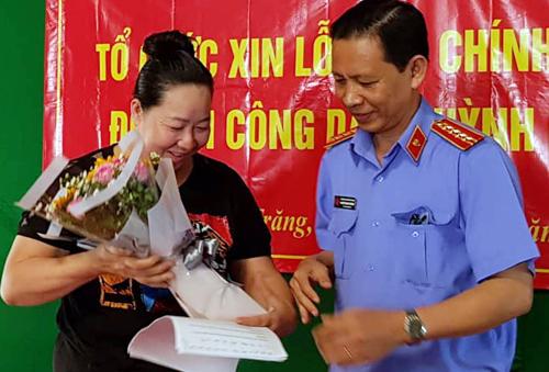 Đại diện VKS tỉnh Sóc Trăng tặng hoa cho bà Huỳnh Ngọc Bích sau khi nói lời xin lỗi. Ảnh: Hoàng Hạnh.