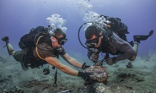 Các thợ lặn bảo trì một đường cáp quang dưới đáy Thái Bình Dương hồi năm 2017. Ảnh: Flickr.