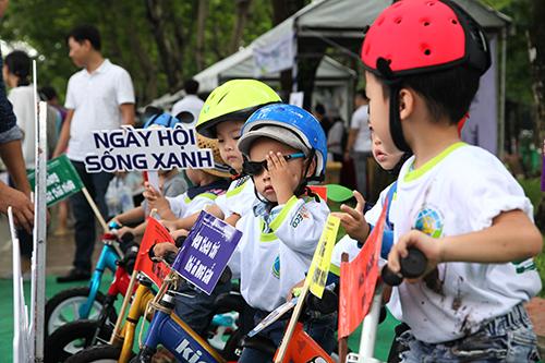 Các em nhỏ tham gia tuyên truyền ý thức bảo vệ môi trường đến cộng đồng.