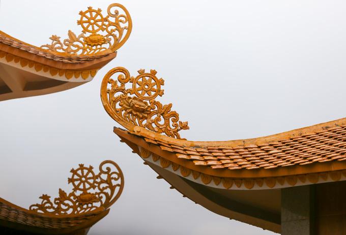 Ở các đầu đao của tháp đều gắn hoa văn bông sen, phía trên là bánh xe Pháp luân uốn cong vút lên trời.