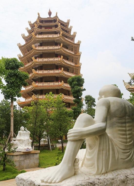 Từ cổng tam quan vào là hai bảo tháp 9 tầng, cao 37 m, bên phải là bảo tháp Ca Diếp, phía trái là bảo tháp Xá Lợi.