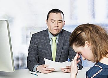 Thái độ nghiêm túc với công việc còn thể hiện rõ qua thái độ, cử chỉ khi giao tiếp.
