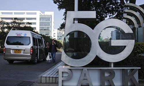 Logo mạng 5G được đặt trước trụ sở chính của Huawei ở Thâm Quyến. Ảnh: AP.
