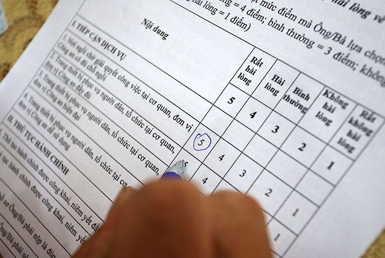 Một số tài xế, thuộc các cơ quan đơn vị nhà nước hài lòng với kết quả giải quyết thủ tục hành chính nên đã cho điểm tuyệt đối trong phiếu đánh giáẢnh: Bá Đô
