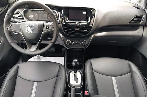 Từ hình ảnh lộ diện nội thất Fadil cho thấy, xe sử dụng vô-lăng bọc da 3 chấu thể thao, thiết kế tương tự như Chevrolet Spark nhưng tinh chỉnh lại một số chi tiết.
