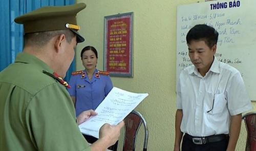 Công an tống đạt quyết định khởi tố với ông Yến hồi tháng 7/2018. Ảnh: Công an Sơn La.