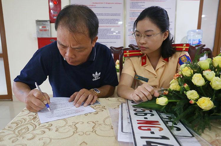 Tài xế Vũ Văn Bẩy, lái xe cho Đại sứ quán Libya điền đánh giá vào phiếu khảo sát trong sáng 29/5. Ảnh. Bá Đô.