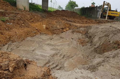 Đường ống nước sông Đà bị rò rỉ tại km23 đại lộ Thăng Long vào tháng 5/2018. Ảnh: Gia Chính.