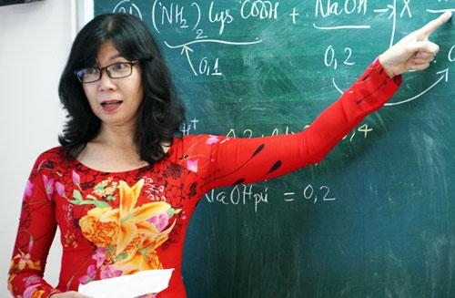 Cô Đặng Thị Hồng Thủy trong giờ ôn tập cho học sinh lớp 12. Ảnh: Mạnh Tùng.