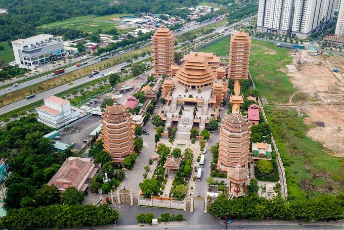 Pháp viện Minh Đăng Quang hình thành năm 1968 thuộc hệ phái Khất sĩ, ban đầu chỉ gồm ngôi chánh điện nhỏ và một số am cốc bằng tre.