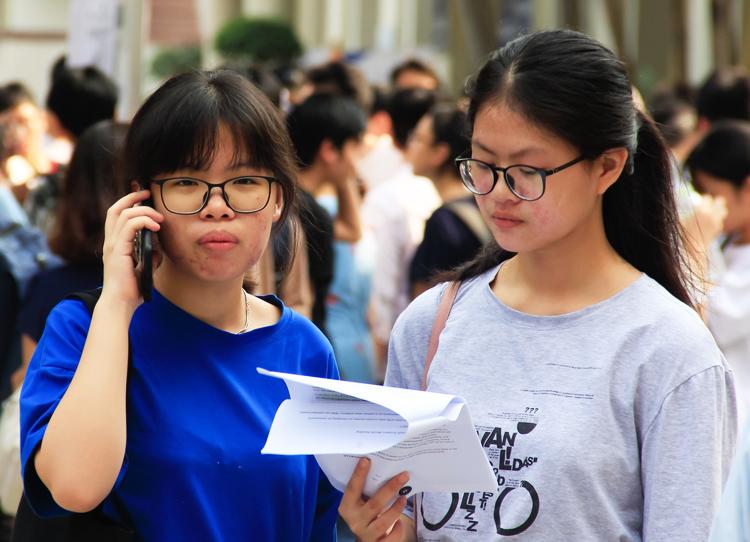 Học sinh thi vào trường THPT Chuyên Ngoại ngữ (Đại học Ngoại ngữ, Đại học Quốc gia Hà Nội) ngày 26/5. Ảnh: Dương Tâm