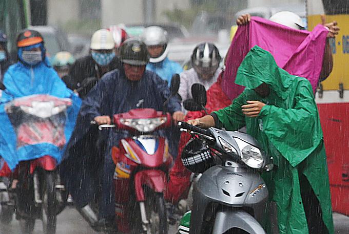 Đường phố thủ đô ùn tắc nhiều giờ vì mưa lớn
