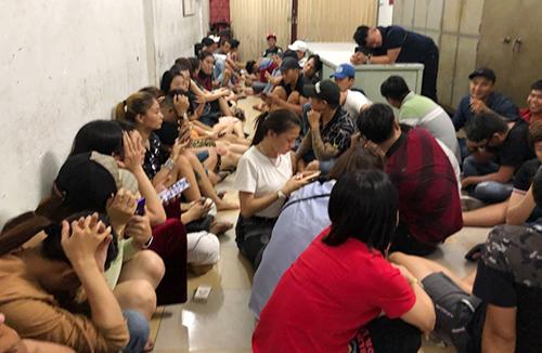 Hơn 50 nam, nữ bị đưa về trụ sở kiểm tra ma tuý. Ảnh: Công an cung cấp.