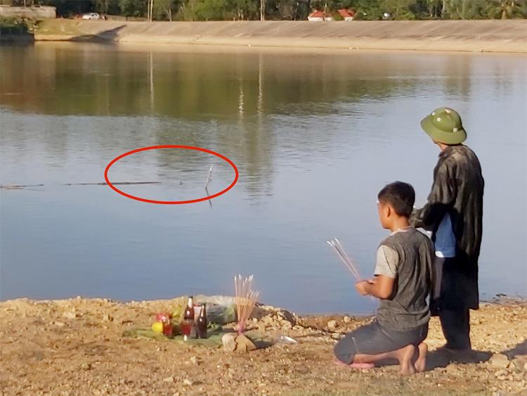 5 học sinh gặp nạn do hố nước sâu cách bờ chừng 3 m(vòng đỏ). Ảnh: Nguyễn Hải.