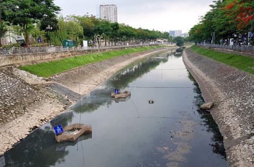 Đoạn sông Tô Lịch đang thí điểm làm sạch bằng công nghệ Nhật Bản ngày 31/5. Ảnh: Tất Định