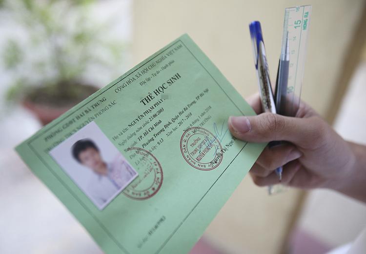 Thí sinh vào phòng thi được mang theo thẻ dự thi, bút viết, bút chì, thước kẻ và một số vật dụng khác. Ảnh: Ngọc Thành