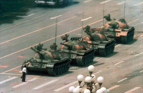 Người đàn ông đứng chặn trước hàng xe tăng tiến vào Quảng trường Thiên An Môn năm 1989. Ảnh: Reuters.
