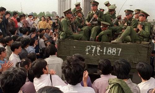 Người biểu tình bao vây chiếc xe tải chở binh sĩ quân đội Trung Quốc tiến về Quảng trường Thiên An Môn ngày 20/5/1989. Ảnh: AFP.