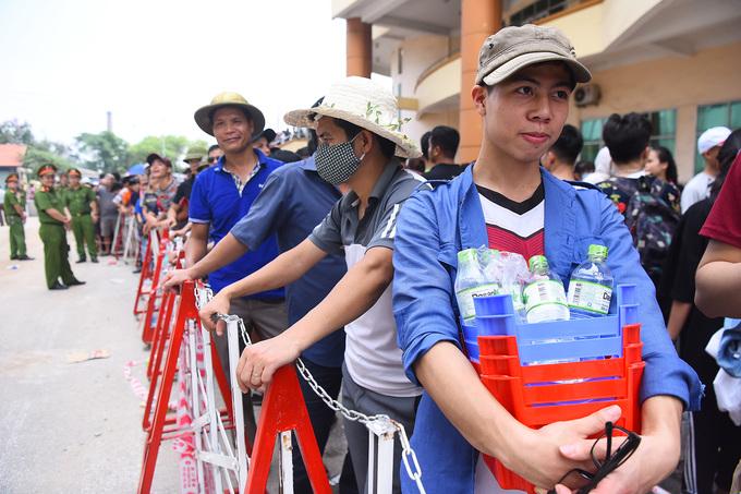 Người dân xếp hàng dưới nắng nóng mua vé trận U23 Việt Nam - Myanmar