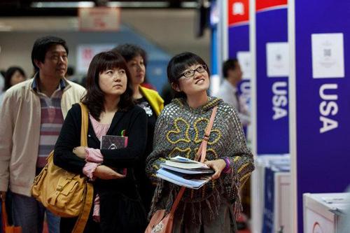 Sinh viên Trung Quốc tham quan khu vực tuyển sinh của các trường đại học Mỹ tại Bắc Kinh năm 2011. Ảnh: New York Times.