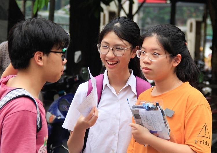 Thí sinh thi vào lớp 10 trường THPT Chuyên Khoa học tự nhiên hôm 27/5. Ảnh: Dương Tâm