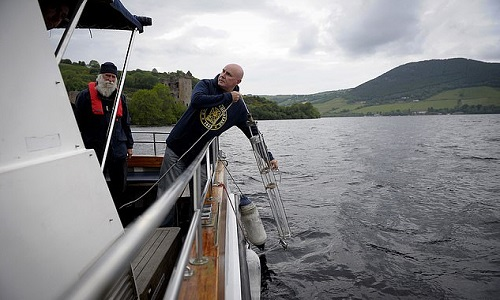 Các nhà nghiên cứu lấy mẫu ADN ở hồ Loch Ness. Ảnh: AFP.
