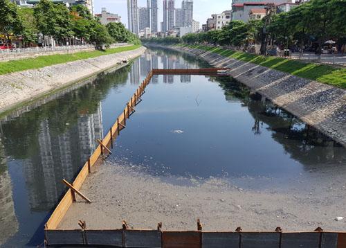 Đoạn sông Tô Lịch, gần cầu Khương Đình đang được thí điểm làm sạch bằng chế phẩm Redoxy-3C ngày 4/6. Ảnh: Tất Định