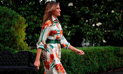 Chiếc váy Melania mặc khi lên chuyên cơ tới Anh. Ảnh: Reuters.
