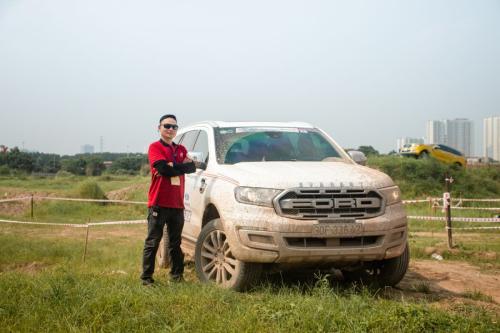 Anh Thông sau khi lái thử chiếc Ford Everest Titanium 2019 đánh giá khoang lái thực sự rộng, nhiều tùy chọn công nghệ cao làm anh hài lòng. Trong khi chạy, xe còn mang đến cho anh nhiều cảm xúc. Thực sự mình có niềm đam mê với Ford từ rất lâu rồi và mình cũng đang sở hữu một chiếc Ford. Tuy nhiên, sau khi lái thử chiếc Everest đời mới này thì mình cảm thấy rất ấn tượng, anh nói.