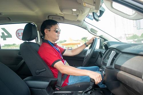 Sau khi được trải nghiệm chiếc Ford Everest Ambiente - phiên bản tiết kiệm của mẫu SUV đa dụng, anh Kiên - thành viên CLB Ford Everest Team + đánh giá cao hệ thống treo của xe, đặc biệt khi qua các cung đường gập ghềnh, xe mang lại cảm giác nhẹ nhàng.  Chân ga cũng rất bốc và nhạy. Tuy không phải phiên bản cao cấp nhất nhưng vẫn được trang bị đầy đủ các tính năng, tùy chọn hỗ trợ người dùng và rất phù hợp với người chạy dịch vụ như gạt mưa tự động, kết nối điện thoại thông minh, gương chỉnh, gập điện, nhiều hộc để đồ tiện dụng, các hệ thống an toàn đầy đủ....