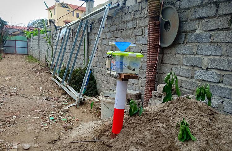Cột cảnh báo thử nghiệm lắp tại đoạn đường thường xảy ra ngập nước. Ảnh: TĐ.