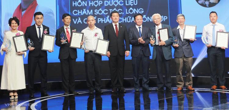 Ông Nguyễn Đức Thành (thứ ba từ trái qua) nhận giải Cuộc thi Sáng chế 2018ngày 25/4.