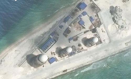 Các công trình Trung Quốc xây dựng trên đảo nhân tạo bồi đắp trái phép ở đá Chữ Thập thuộc quần đảo Trường Sa của Việt Nam. Ảnh: Reuters.