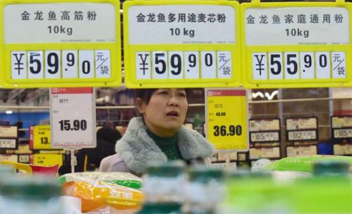 Một phụ nữ Trung Quốc trong siêu thị hồi tháng 3. Ảnh: Reuters.