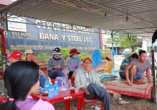 Người dân từng nhiều lần dựng lán trại bao vây nhà máy thép Dana Ý vì ô nhiễm. Ảnh: Nguyễn Đông.