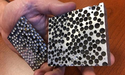 Bọt kim loại tổng hợp có nhiều lỗ rỗng trên bề mặt. Ảnh: Science Alert.