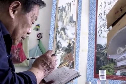 Cụ Yao Keliang dành 2 tiếng mỗi ngày để học bài, chuẩn bị cho kỳ thi gaokao. Ảnh: The Paper.