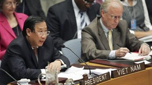 Phó Thủ tướng Phạm Gia Khiêm (trái) chủ trìmột phiên họp của Hội đồng Bảo An Liên Hợp Quốc tháng 10/2009. Ảnh:TTXVN.